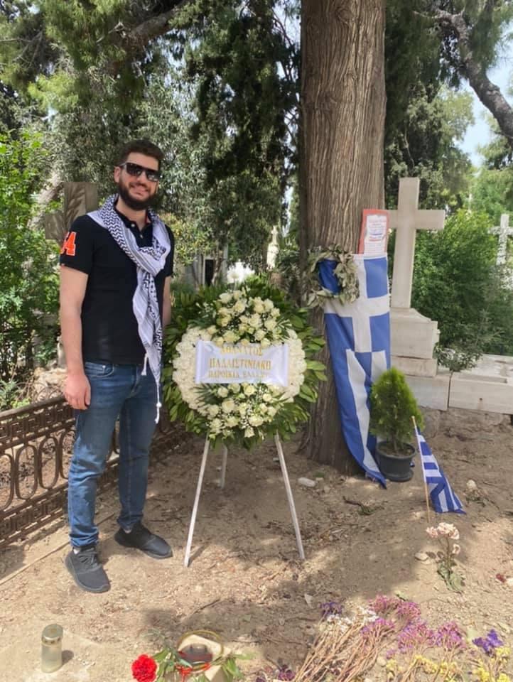 وفد من الجالية الفلسطينية باليونان يزور ضريح المناضل مانوليس غليزوس