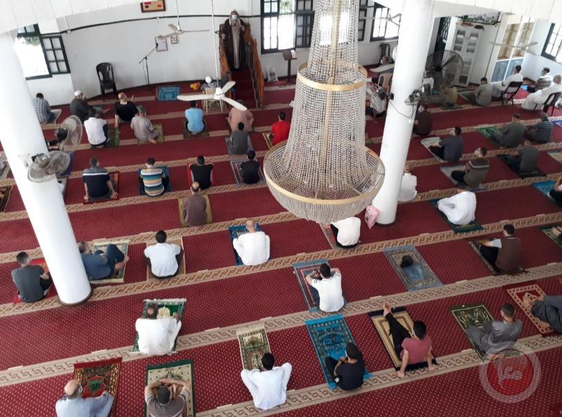 لاول مرة منذ شهرين- الالاف يؤدون صلاة الجمعة في المساجد بغزة