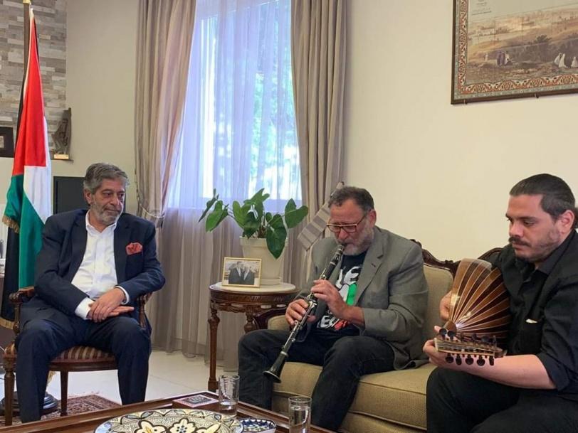 اليونان.. السفير طوباسي يقلد عددا من الفنانين وسام السفارة