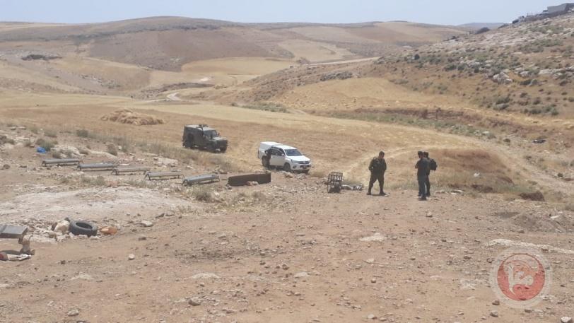 الاحتلال يهدم غرفا زراعية ويجرف أراض ويسلم اخطارات هدم جنوب وغرب الخليل
