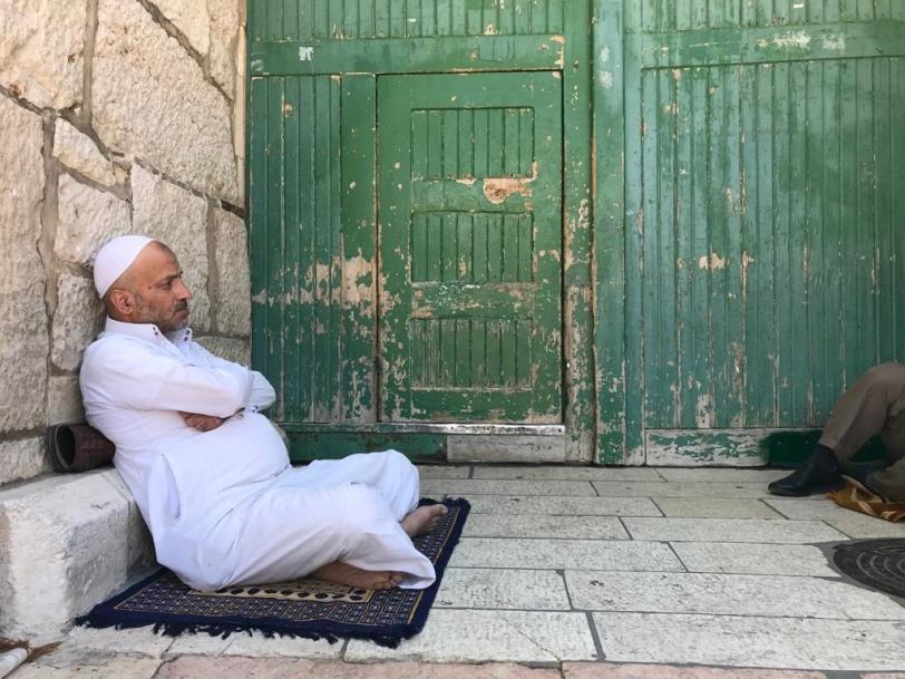 للجمعة العاشرة - الصلاة خلف أبواب الأقصى الموصدة