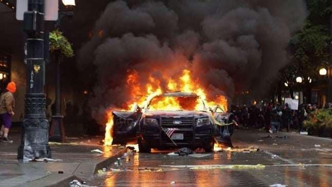 """مدن أميركية """"تشتعل"""" ومواجهات دموية مع الشرطة"""