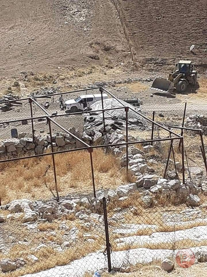 الاحتلال يهدم مساكنا وخيما جنوب الخليل
