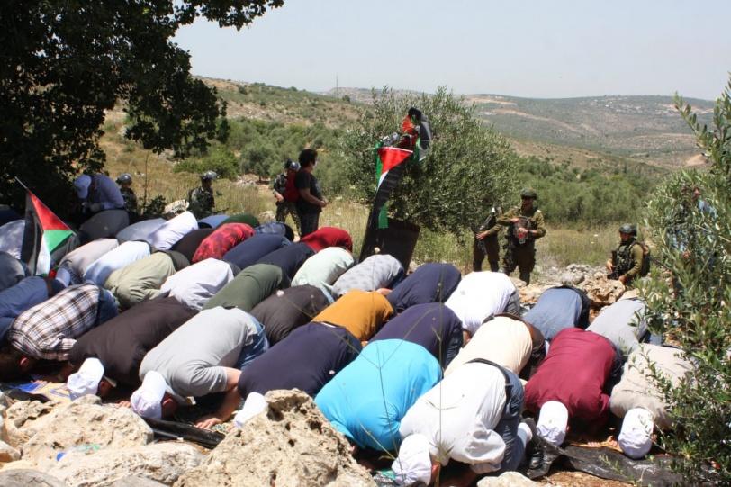 مواطنون يؤدون صلاة الجمعة على أرض مهددة في قرية حارس