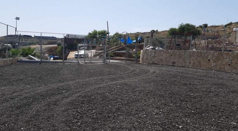 الاحتلال يخطر منشآت في قرية حارس بالهدم