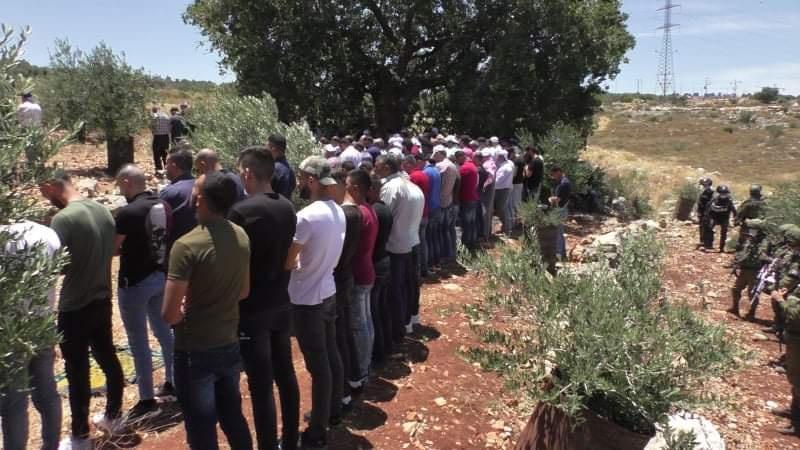 مواطنون يؤدون صلاة الجمعة على أراض مهددة في حارس