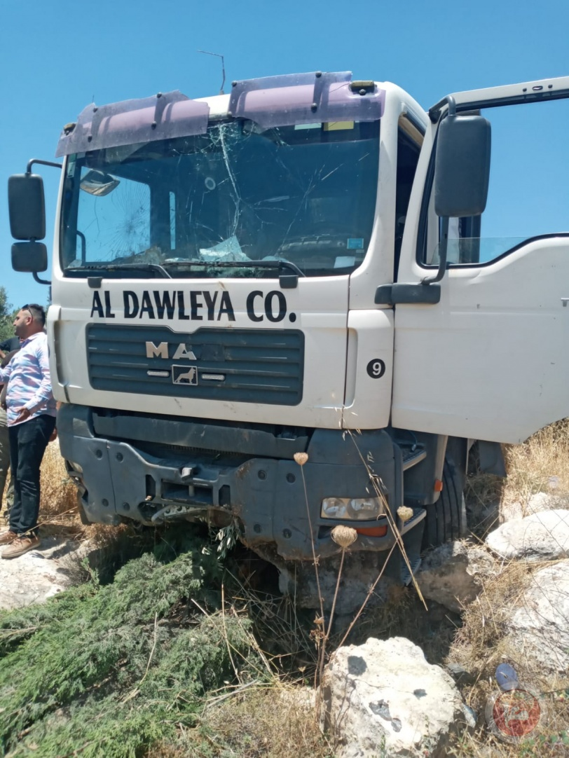 3 اصابات بانقلاب شاحنة تعرضت لاطلاق نار شمال الخليل