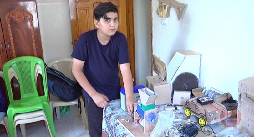 طفل بخان يونس يصنع العابه بيده