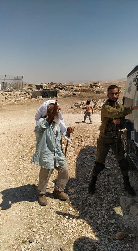 """اهالي قرية """"ام الخير"""" يمنعون الاحتلال من مصادرة مركبتين"""