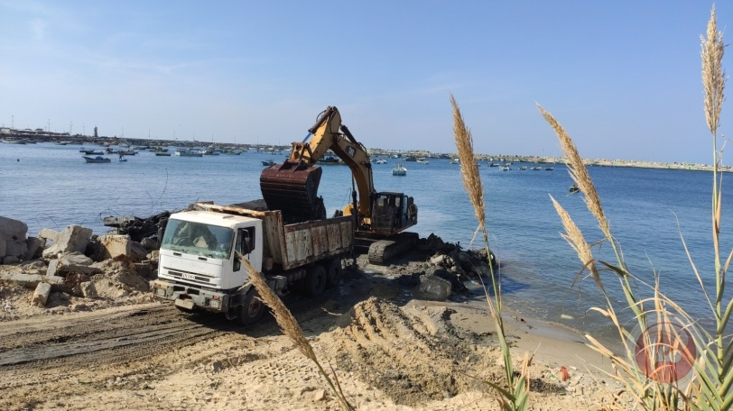 """""""الأشغال"""" تواصل أعمال تعميق حوض ميناء غزة وإزالة الأتربة منه"""