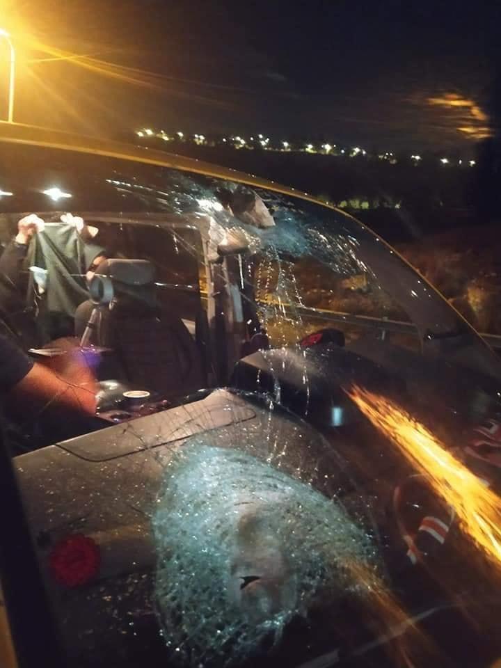 مستوطنون يحطمون مركبات المواطنين على طريق نابلس رام الله