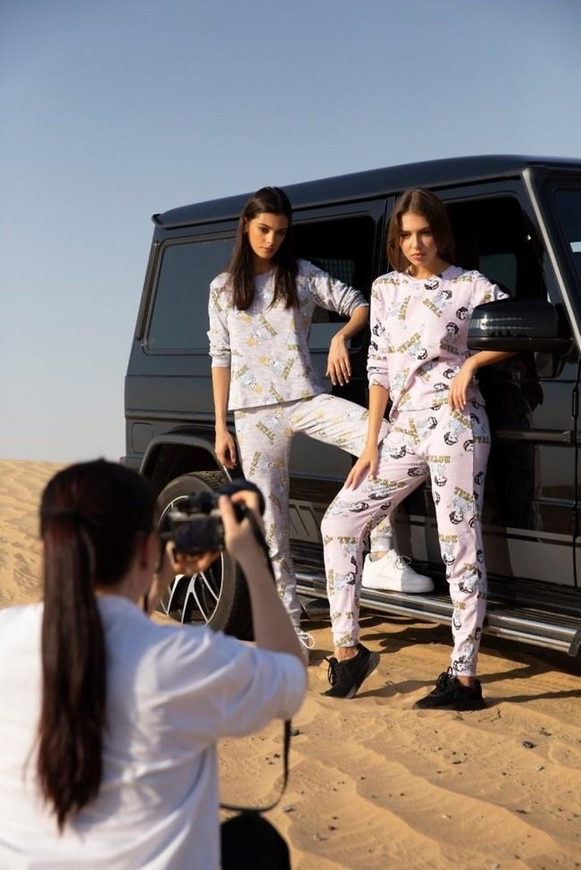 عارضة إسرائيلية تصور إعلانا لملابس النوم في الإمارات (صور)