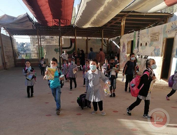 توزيع كمامات ومعقمات على تلاميذ شارع الشهداء في الخليل