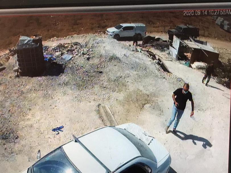 3 اخطارات بوقف البناء والهدم في الخليل