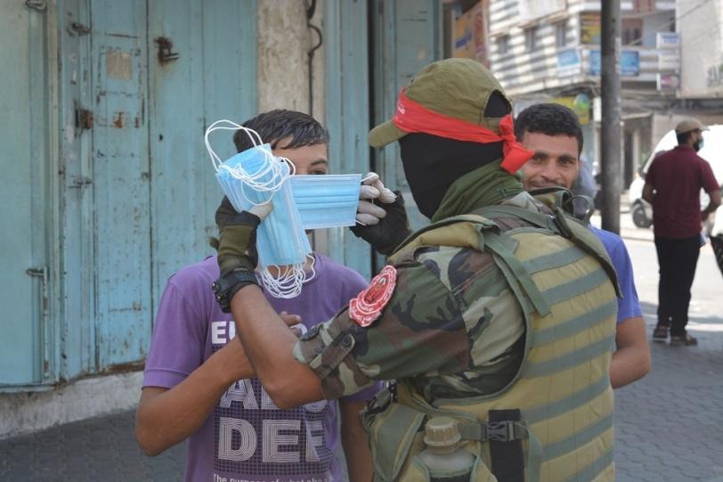 """""""المقاومة الوطنية"""" و""""السرايا"""" توزعان الكمامات في غزة"""