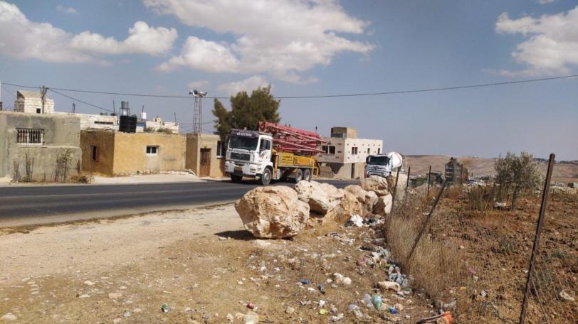 الاحتلال يصادر مضخة باطون وخلاطة باطون جنوب الخليل