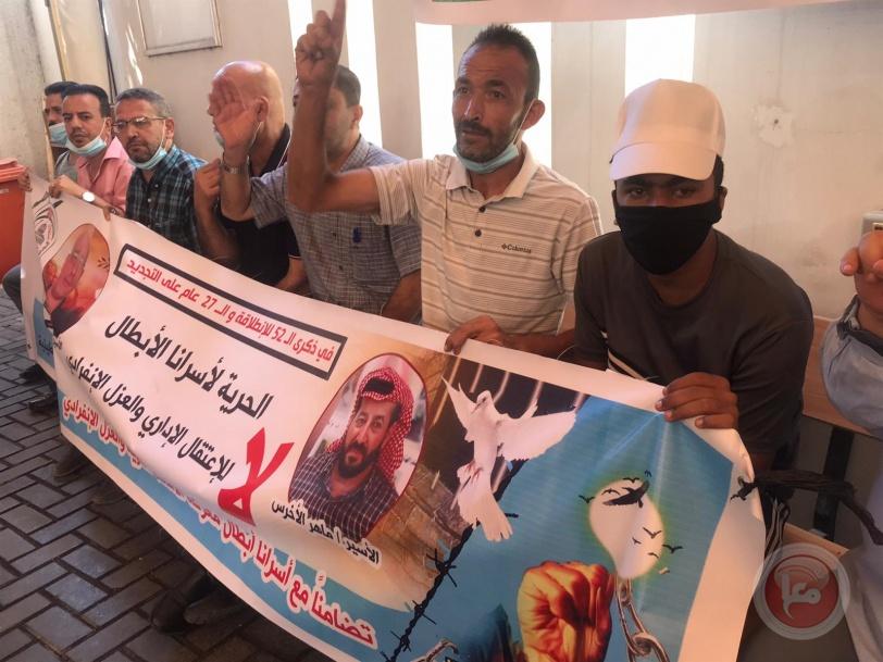 نشطاء يعتصمون بمقر الصليب الاحمر بغزة تضامنا مع الاسير الاخرس