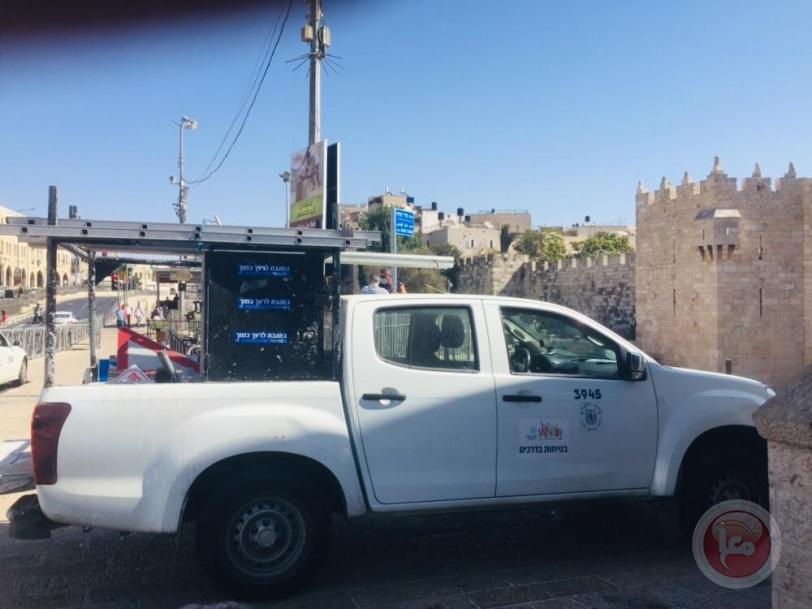 """""""مدرح هدار فهداس""""... يافطة على مدرجات باب العمود نسبة لمجندتين قتلتا في المنطقة"""
