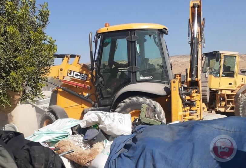 الاحتلال يهدم منزلا وخيمة وبركس جنوب الخليل