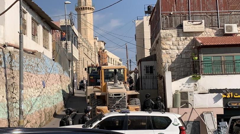 محدث- هدم بناية سكنية في صور باهر وتوزيع اخطارات هدم في العيسوية