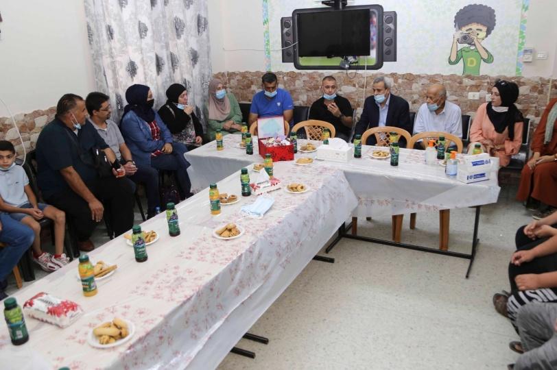 قلقيلية : توزيع كسوه للأيتام في جمعية دار الإيمان