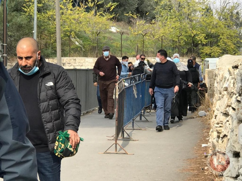 بالصور- الاحتلال يواصل حرمان اهالي الضفة من الصلاة بالاقصى