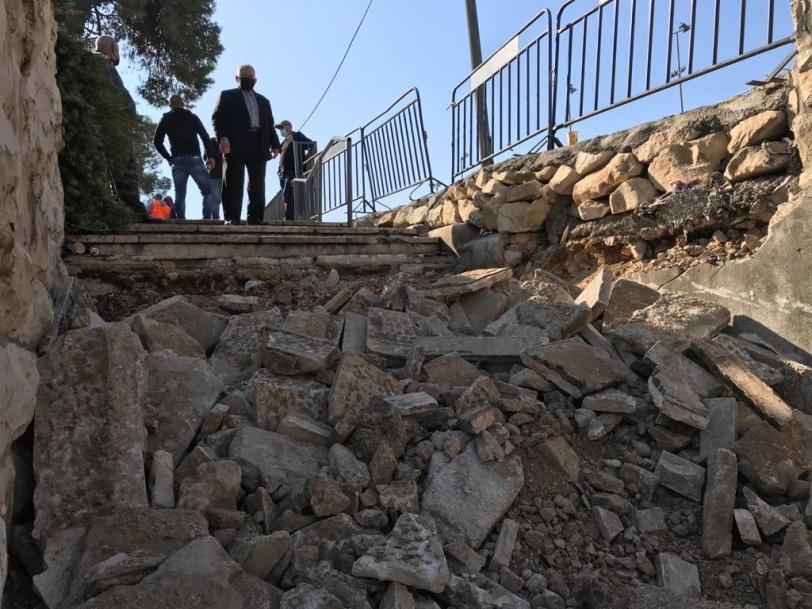 بلدية الاحتلال تهدم الدرج الموصل للاقصى من جهة مقبرة اليوسفية