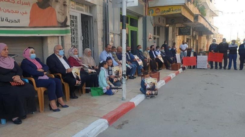 وقفة تضامنية مع الأسرى أمام الصليب الأحمر في أريحا