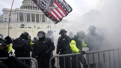 الكونغرس مثل باب العزيزية وواشنطن مثل ميدان التحرير