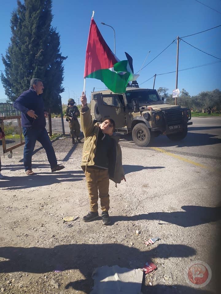 مواطنون يؤدون صلاة الجمعة على اراضي مهددة في عدة مواقع بسلفيت