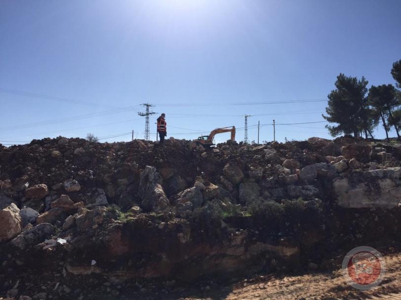 قوات الاحتلال تجرف أراض جنوب بيت لحم وتمنع الصحفيين من العمل