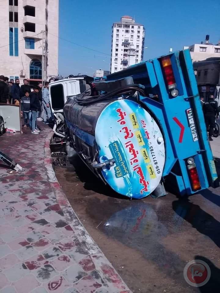 إصابات بانقلاب شاحنة مياه غرب غزة