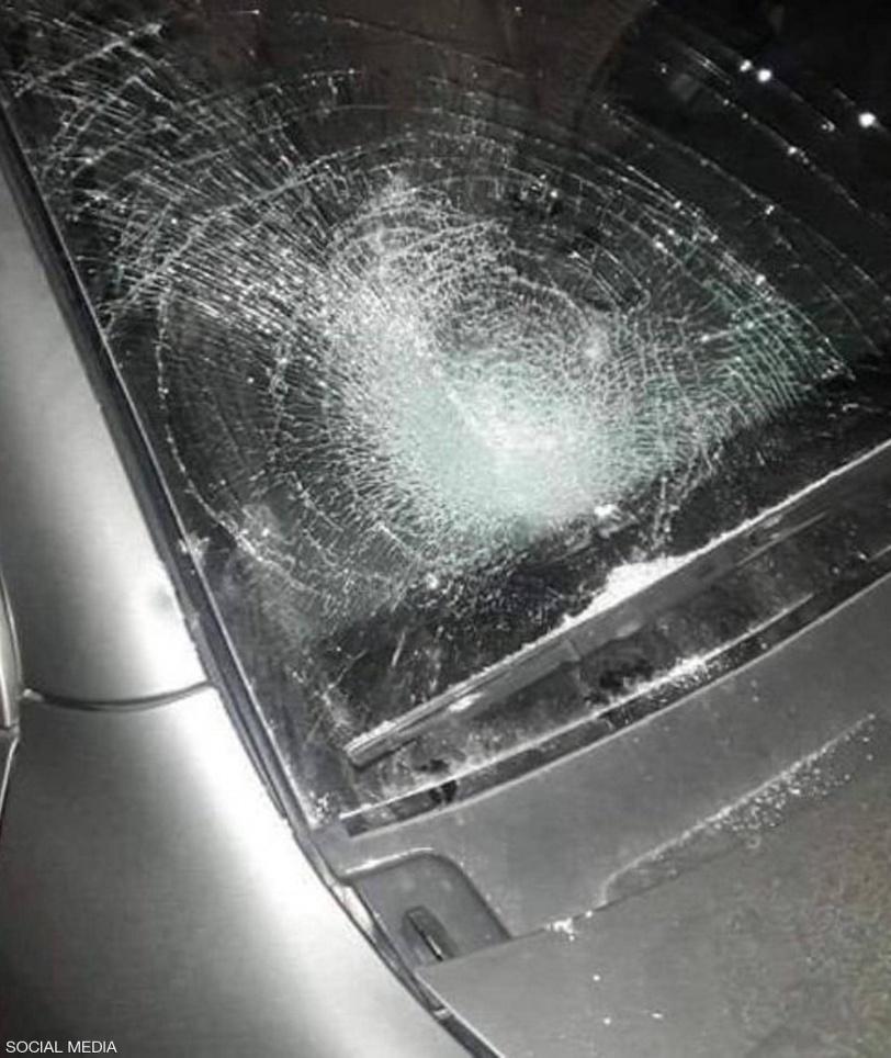 بالصور.. فتاة تحطم زجاج 15 سيارة في إربد بالأردن