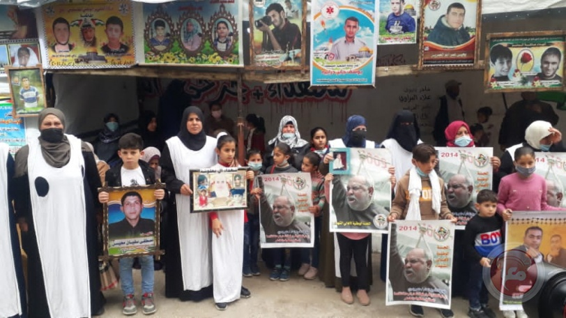 غزة: تظاهرة غاضبة لأهالي الشهداء ارتدوا فيها الاكفان