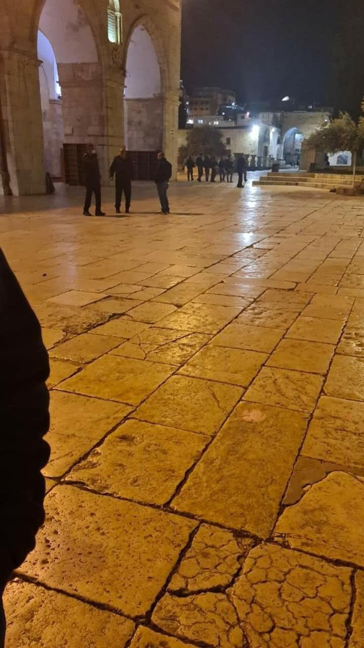 جيش الاحتلال يقتحم المسجد الاقصى ويخرج المعتكفين منه