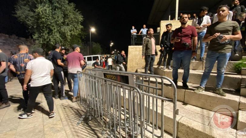 بالصور- الفلسطينيون ينتصرون على الاحتلال ويزيلون الحواجز من باب العامود