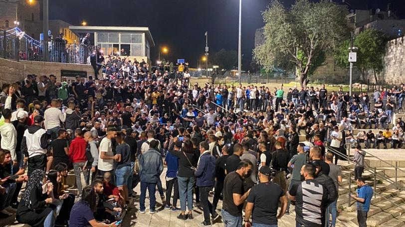 الاحتلال يقمع احتفالات الفلسطينيين بإزالة الحواجز من باب العامود