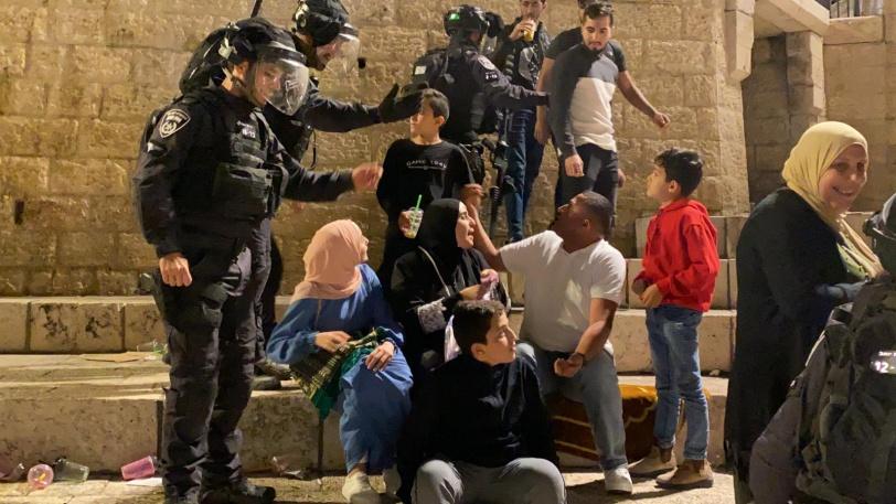 قوات الاحتلال تهاجم مئات الفلسطينيين في باب العامود