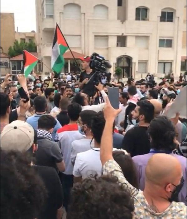 طالبوا بطرد السفير.. وقفة احتجاجية قرب السفارة الاسرائيلية بعمّان (فيديو)