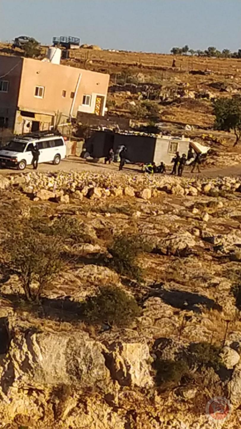 الاحتلال يعتدي بالضرب على طفلة وسيدة ويعتقل مواطنين جنوب الخليل