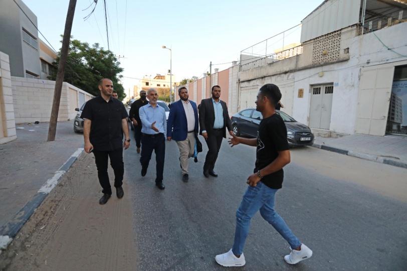 متحديا الاحتلال - يحيى السنوار يتجول في قطاع غزة سيراً على الاقدام