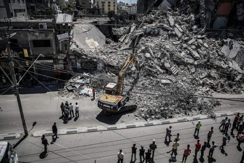 أطقم هندسية مصرية تُشارك بإزالة ركام المباني في غزة
