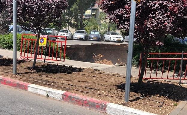شاهد- انهيار أرضي يبتلع السيارات أمام مستشفى في القدس
