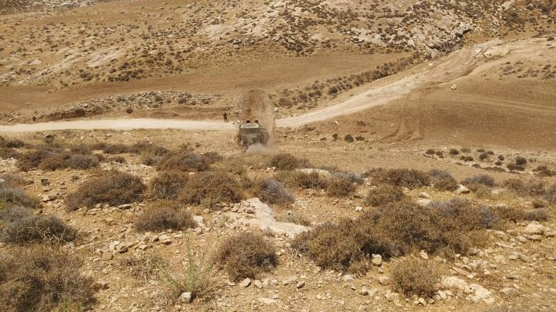 الاحتلال يُقطع أواصل التواصل في مسافر يطا بعد تجريفه لشارعين