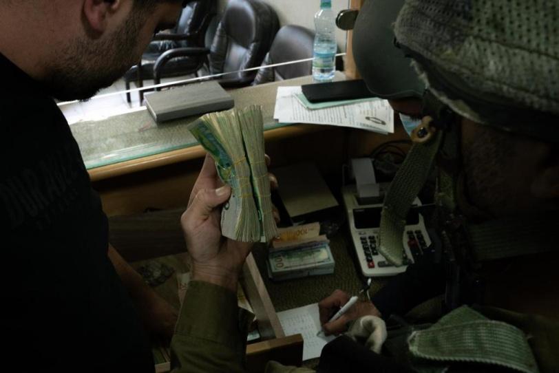 الاحتلال يصادر اموالا من الضفة
