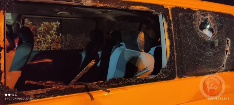 صور - مستوطنون يحطمون مركبات ويهاجمون منازل المواطنين جنوب نابلس