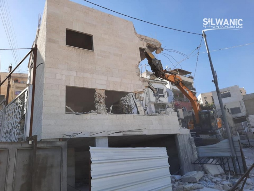 بلدية الاحتلال تجبر مقدسيا على هدم بنايته بيده (صور)