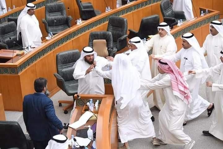 اشتباك بالأيدي بين نائبين تحت قبة البرلمان الكويتي (صور)
