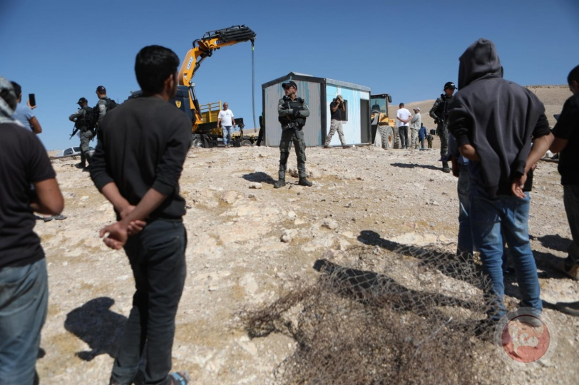 صور: الاحتلال يُصادر عيادة صحية متنقلة جنوب الخليل