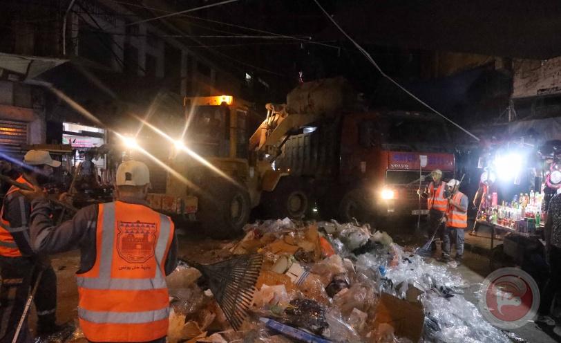 بلدية خان يونس تُرحل 1,100طن من النفايات الصلبة خلال العيد